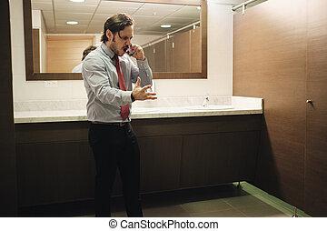 bureau, business, toilettes, téléphone portable, furieux, crier, homme