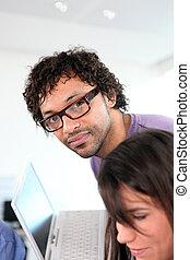 bureau, collègues, ordinateur portable