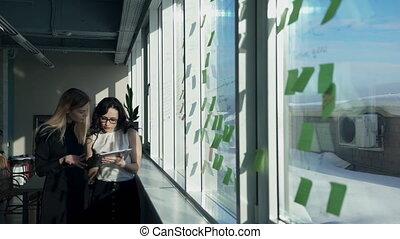bureau, deux, enregistrement, informatique, collate, femme, fenêtre.