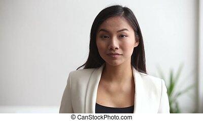 bureau, femme affaires, jeune regarder, appareil photo, asiatique, professionnel