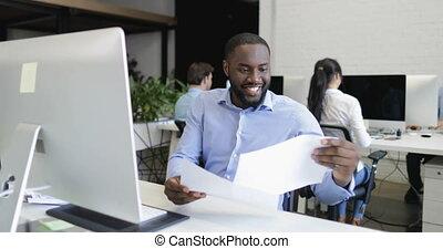 bureau fonctionnant, africaine, moderne, businesspeople, créatif, business, directeur, informatique, équipe, américain, homme