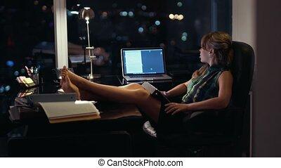 bureau fonctionnant, femme affaires, tablette, nuit tardive
