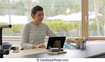 bureau fonctionnant, femme, pc, tablette, jeune, maison
