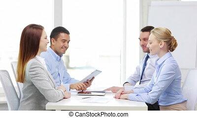 bureau fonctionnant, pc tablette, équipe, sourire