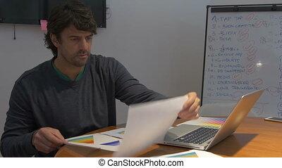 bureau fonctionnant, séance, ordinateur portable, bureau, négatif, émotions, informatique, tard, papiers, homme