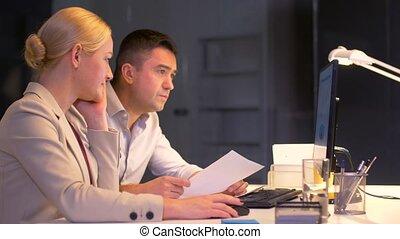 bureau fonctionnant, tard, informatique, équipe, business
