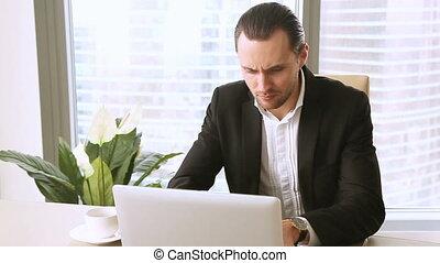 bureau, fonctionnement, fâché, jeune, avoir, mauvais, homme affaires, ennuyé, jour