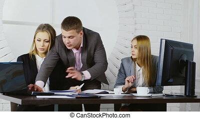 bureau, fonctionnement, moderne, deux femmes, homme