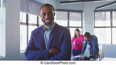 bureau, homme affaires, moderne, regarder, appareil photo