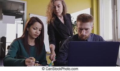 bureau., ordinateur portable, séance homme, écran, jeune, table, regarder