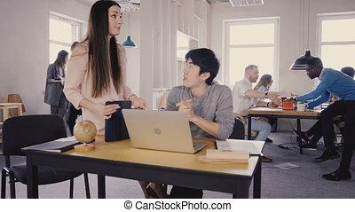 bureau, professionnels, 4k., lumière, espace travail, patron, écoute, séduisant, femme, mélangé, colleague., appartenance ethnique asiatique, heureux