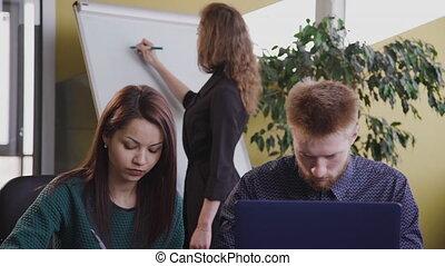 bureau, séance gens, vue, deux, utilisation, bureau, laptop., business