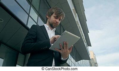 bureau, tablette, rues, jeune, beau, homme