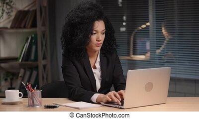business, dactylographie, laptop., intérieur, séance, table, lent, attentivement, femme affaires, poser, 59.94fps., mouvement, 4k, prêt, portrait, complet, lieu travail, bureau., américain, africaine