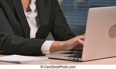 business, dactylographie, laptop., intérieur, séance, table, lent, attentivement, fin, femme affaires, poser, 59.94fps., mouvement, 4k, prêt, portrait, complet, haut., lieu travail, bureau., américain, africaine