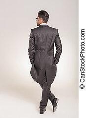 business, jeune, élégant, homme, vue postérieure