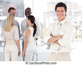 business, jeune homme, équipe, sourire, devant