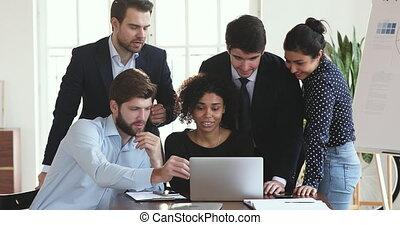 business, ordinateur portable, fonctionnement, professionnel, équipe, conversation, ensemble, multiethnic