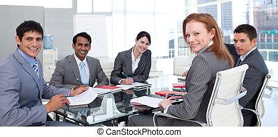 business, projection, groupe, ethnique, sourire, appareil photo, diversité