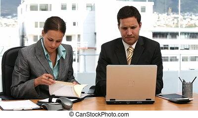 businesspeople, sérieux, deux, fonctionnement
