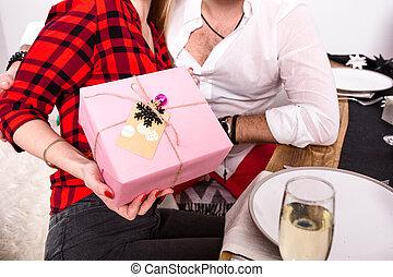 célébrer, mains, foyer, cadeau, femme, noël, image, chaque, amis, maison, premier plan, groupe, autre., présente, donner, projection