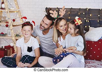 célébrer, noël famille, lit