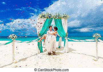 cérémonie, pétales, plage., blue., mariée, rose, concept., lune miel, palefrenier, exotique, above., voûte, automne, sous, mariage, fleurs, plage, décoré, sablonneux, heureux