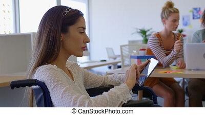côté, handicapé, numérique, vue, femme, fonctionnement, tablette, caucasien, 4k, bureau, moderne, jeune