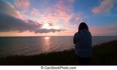 côte, femme, coucher soleil, mer, regarder