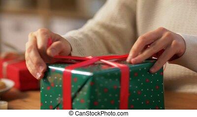 cadeau, mains, arc, noël, emballage, attachement