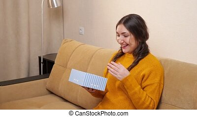 cadeau, sofa, séance, femme, quoique, rejoices, jeune, ouverture