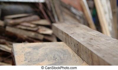 cadre, construction., planche, en mouvement, bois, logement, motion., épais, morceau, scier, découpage, quelqu'un, pousser, circulaire, broyeur, machine., lent, concept, bureau