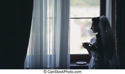 café, brunette, mariée, blanc, regarder, élégant, femme, fenêtre., portrait, boire, distance., peignoir