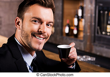 café, coffee., tasse, inspiré, compteur, jeune, formalwear, confiant, quoique, boire, frais, séance, homme souriant