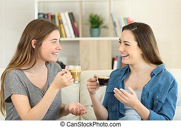 café, deux, conversation, maison, boire, amis