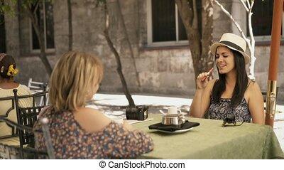 café, e-cig, 9-female, fumer, boire, amis