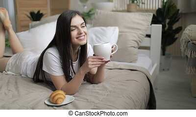 café, femme, boire, jeune, lit