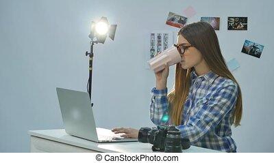 café, femme, bureau, fonctionnement, photographe, ordinateur portable, jeune, joli, boire