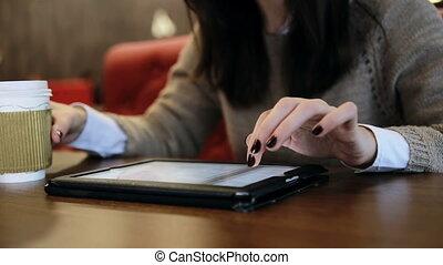 café, femme, touchscreen, tablette, mains, utilisation