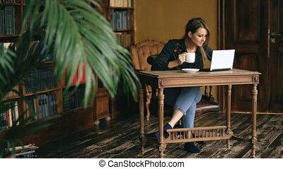 café, fonctionnement, ordinateur portable, boisson, bibliothèque, girl, intérieur, étudiant, sourire, université