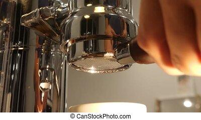 café, machine., barista, endroits, chrome, reflet, surface, filtre, bottomless, homme