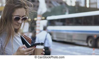 café, occupé, avoirs entourent, femme affaires, jeune, documents, rue., portrait, utilisation, smartphone