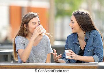 café, parc, deux, conversation, boire, amis, désinvolte