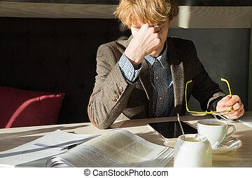 café, restaraunt, fermé, sien, coupure, repos, étudiant, pendant, prend, tâche, jeune homme, lecture, après, livres, mâle, cafe., université, intelligent, tablette, fonctionnement, ou, projet, travail, lunettes, fatigué, computer., frottements, yeux, heure déjeuner