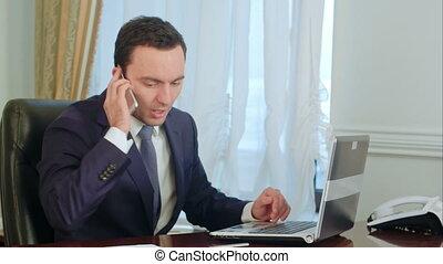 café, sien, prend, fonctionnement, notations, jeune, bureau, téléphone, séduisant, homme affaires, appeler, boire, marques
