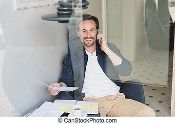cafétéria, conversation, smartphone, heureux, homme affaires