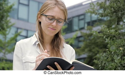 cahier, tenue, crayon, lunettes, regarder, thinking., jeune, loin, songeur, étudiant, beau