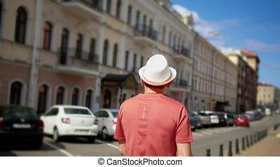 cameras, touriste, vue, poursuite, chapeau, par, blanc, homme, promenades, dos, ville, rues