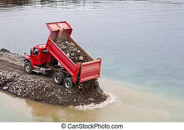 camion décharge, terre rouge, déchargement, remplir