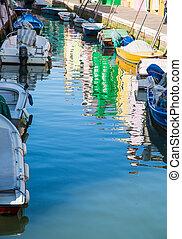 canal, maisons, burano, coloré, reflété, bateaux